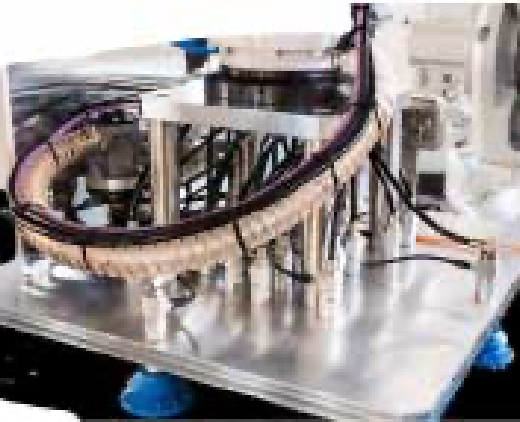 Ein dicker Kabelkanal, aus dem viele Kabel unterschiedlich abzweigen, ist auf einer silbernen Metallplatte befestigt.