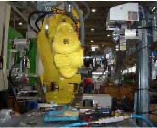Eine große gelbe Maschine für Verpackungen wird gezeigt.