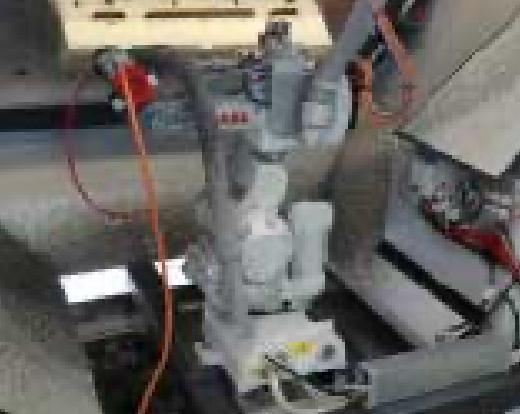 Eine Maschine mit unterschiedlichen Anschlüssen wird an einer Produktionskette gezeigt.