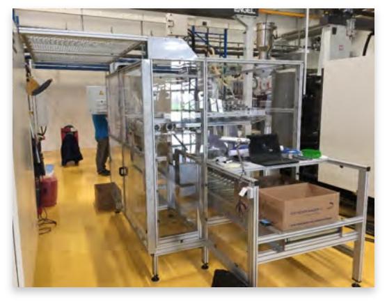 Ein großer Schrank, der komplett aus Glas besteht steht in einem Maschinenraum.